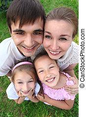 pais, levantar, tendo, abraçado, crianças, ao ar livre, vista superior
