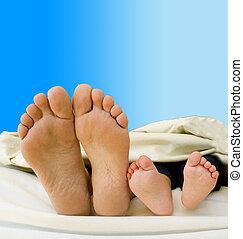 pais, pés, com, seu, recém nascido, criança
