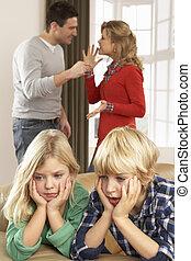 pais, tendo, argumento, casa, frente, crianças