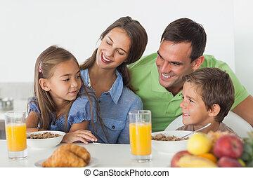 pais, tendo, pequeno almoço, com, seu, crianças