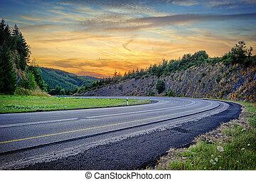 paisagem, com, curvy, estrada, em, pôr do sol