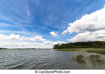 paisagem, com, lago, em, summer., céu azul