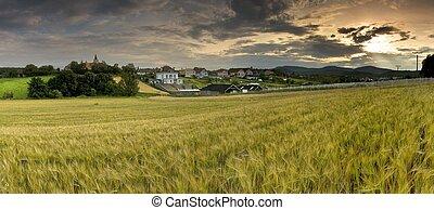 paisagem, com, vila, montanhas, e, blu, céu