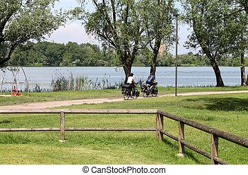 paisagem, lago, com, pessoas, bicicleta