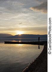 paisagem, .man, imaginando, pôr do sol, sobre, lago, prespa,...