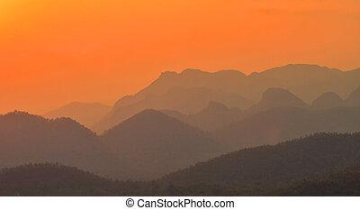 paisaje de montaña, en, ocaso