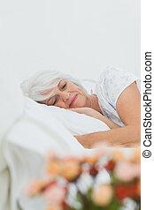 paisible, femme, dormir, dans lit