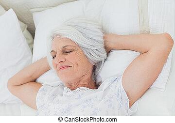 paisible, femme relâche, dans lit