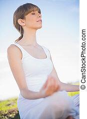 paisible, jeune femme, délassant, dans, position yoga