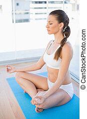 paisible, jeune femme, méditer