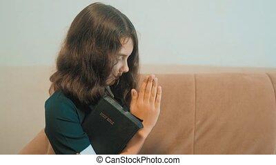 paix, foi, peu, concept, style de vie, saint, elle, espoir, catholicisme, éducation, symbole., praying., religion, prie, bible, rêves, sacré, bible., girl, enfants, hands.