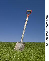 pala, in, erba verde, contro, uno, cielo blu