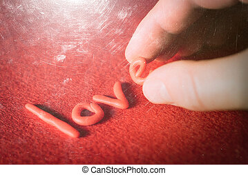 palabra, amor, de, decorativo, cartas, en, un, fondo rojo