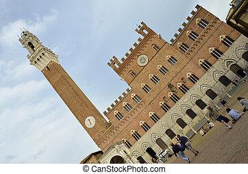 Vista sullo splendido palazzo comunale di Siena