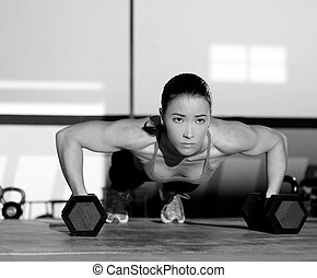 palestra, donna, push-up, forza, pushup, con, dumbbell