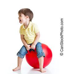 palla grossa, felice, saltare, bambino