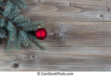 palla rossa, ornamento natale, su, albero pino, ramo, con, rustico, legno