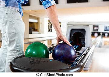 palla, su, uomo, bowling, scegliere, mano, scaffale