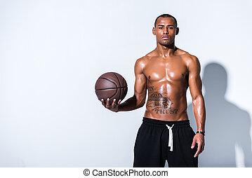 pallacanestro, atletico, shirtless, grigio, palla, dall'aspetto, americano, macchina fotografica, uomo africano