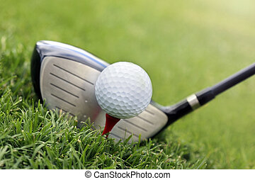 palo de golf, y, pelota, en, pasto o césped
