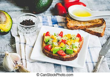 pane tostato, pomodoro, granaglie,  avocado, fresco