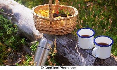 panier, champignons, tasses, forêt, thé