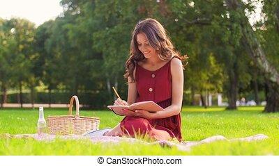 panier, femme, parc, heureux, agenda, pique-nique