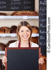 panificadora, trabalhador, chalkboard, segurando, em branco