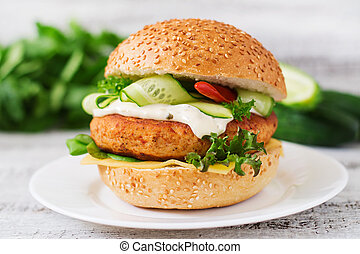 panino, hamburger, legno, grande, -, succoso, hamburger, cetriolo, fondo, luce, tartaro, pollo, salsa, peperoncino, formaggio