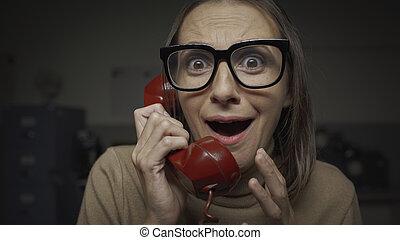 paniqué, téléphoner femme