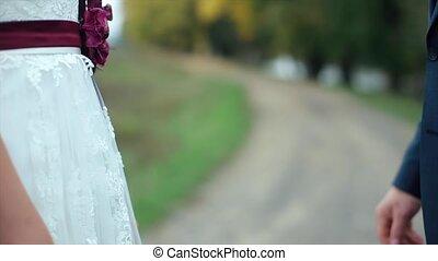 panna młoda i oporządzają, dzierżawa wręcza, na, ich, poślubny dzień