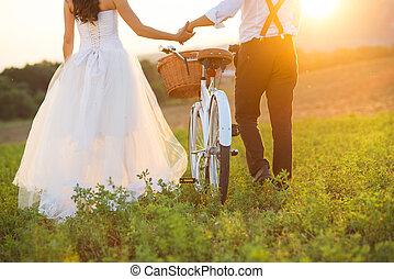 panna młoda i oporządzają, z, niejaki, biały ślub, rower