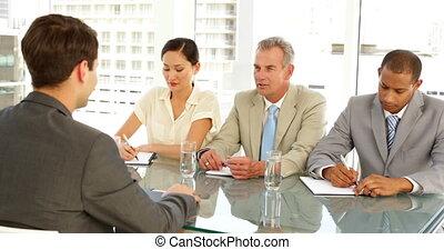 panneau, être, homme affaires, interviewé