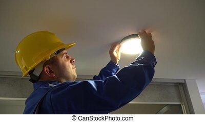 panneau, plafond, connexions, enlever, mené, inspecter, homme, électricien, lumière, fil