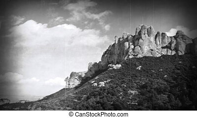 panning, timelapse, van, de, beroemd, en, majestueus, montserrat, bergen, in, catalonië, dichtbij, barcelona, spanje, (oud, zwart wit, film, effect, applied)