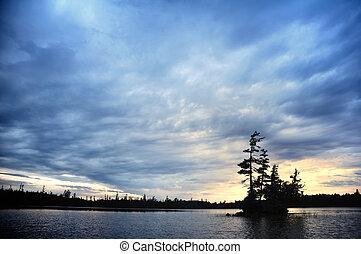 panorâmico, ilha, ligado, um, remoto, selva, lago, em, anoitecer
