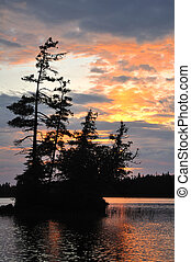 panorâmico, ilha, ligado, um, remoto, selva, lago, em, pôr do sol