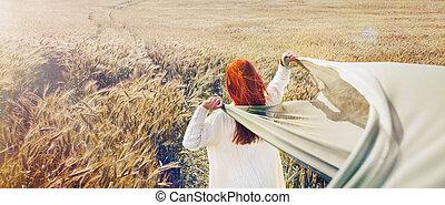 panorâmico, quadro, de, andar, cabelo vermelho, mulher, por, a, planície, campo