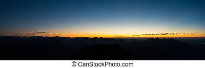panorama, de, austríaco, montañas, en, ocaso, con, azul, cielo anaranjado