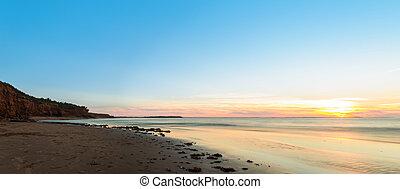 panorama, de, océan, plage, à, coucher soleil