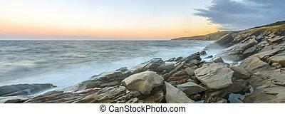 panorama, di, oceano, riva, a, uno, crepa, di, alba, (slow,...