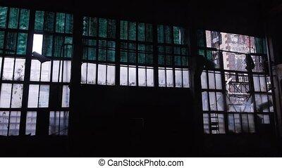 panorama, van, muur, van, oud, onbeheerd gebouw, met, kapot, vensters, binnen, een, donker, hangaar, in, dag