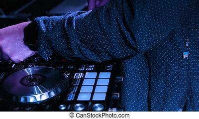 panoramique, musique, dee-jays, tourner, image, prise vue., mâle, sien, gros plan, desk., boutons, mains, contrôle