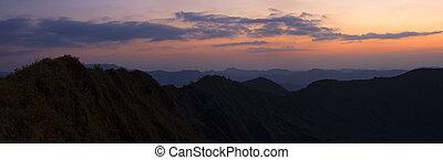 panoramique, paysage montagne, à, coucher soleil