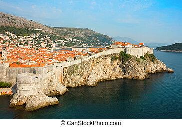 panoramische ansicht, aus, der, bucht, gegen, der, altes , teil, dubrovnik, in, dalmatien, kroatien, und, teil, der, insel, lokrum, in, adria, sea.