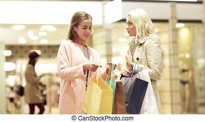 pantalló, bevásárlás, fiatal, fedett sétány, vidám women