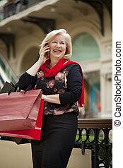 pantalló, woman bevásárol, érett, boldog