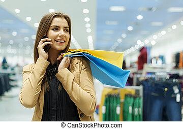 pantalló, woman bevásárol, telefon, fiatal, beszéd, birtok