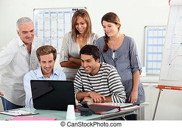 pantalla, computadora, reunido, compañeros de trabajo, alrededor