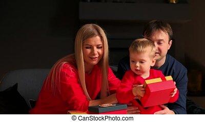 papa, atmosphère, confortable, famille, séance, divan, dons, chaud, maman, interior., maison, fils, ouvert, noël